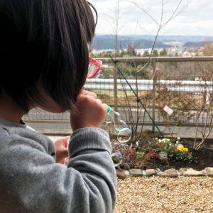 ダウン症児の成長日記 庭でシャボン玉