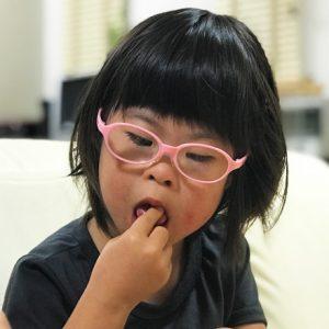 ダウン症児の成長日記 ぶどうを食べる