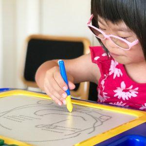 ダウン症児の成長日記 ドラえもんを描く娘