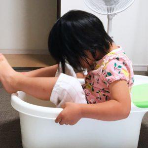 ダウン症児の成長日記 ベビーバスで遊ぶ娘