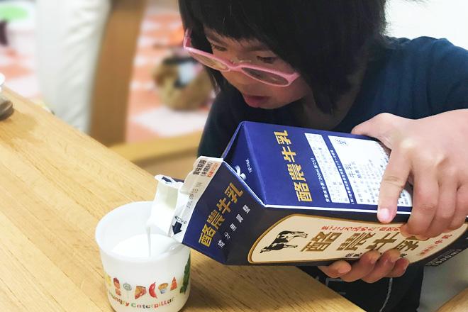 ダウン症児の成長日記 牛乳をコップに注ぐ