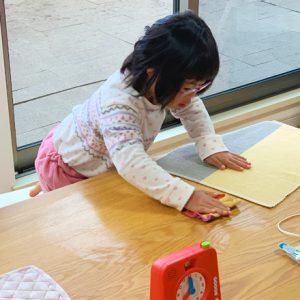 ダウン症児の成長日記 テーブルを拭く
