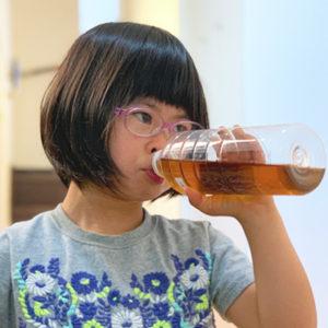 ダウン症児の成長日記 ペットボトルのお茶を飲む
